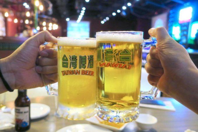 台湾ビール工場併設「Super 346 Live House」台碑18天生台灣生啤酒のジョッキで乾杯。