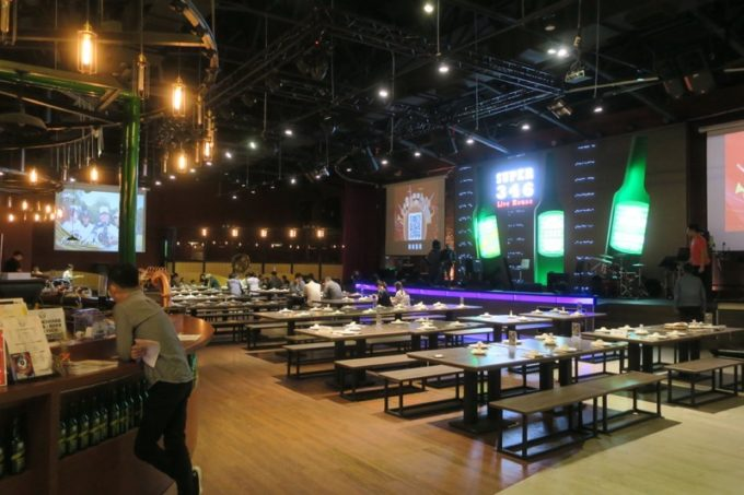 台湾ビール工場併設「Super 346 Live House」の店内(客席とステージ)