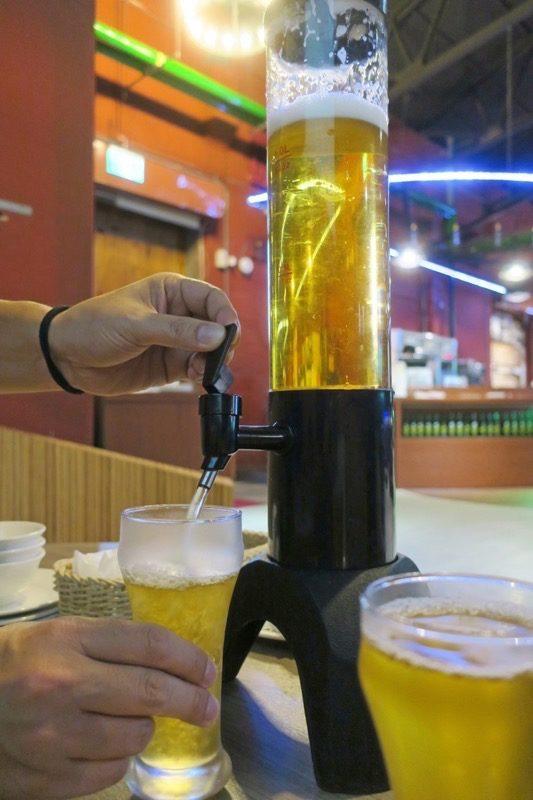 台湾ビール工場併設「Super 346 Live House」で18天台灣生啤酒1.5Lタワー(TWD300)を飲んでみた。