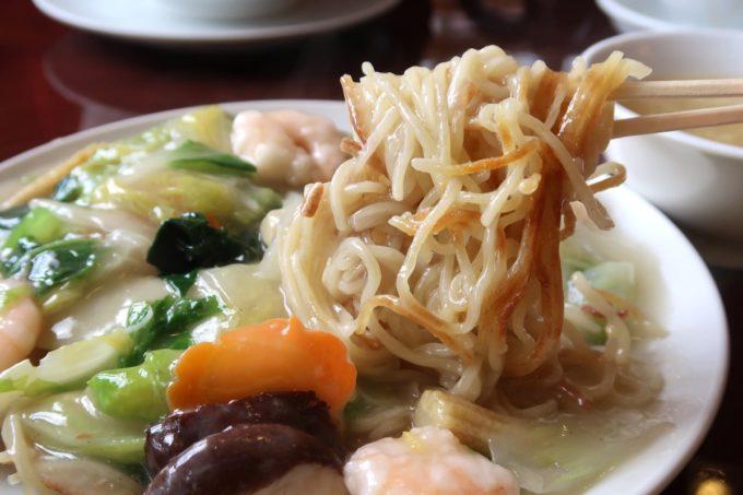 中城村「担々亭 南上原店」蝦仁炒麺(エビかけ焼きそば、1050円)のかた焼きな麺がおいしい