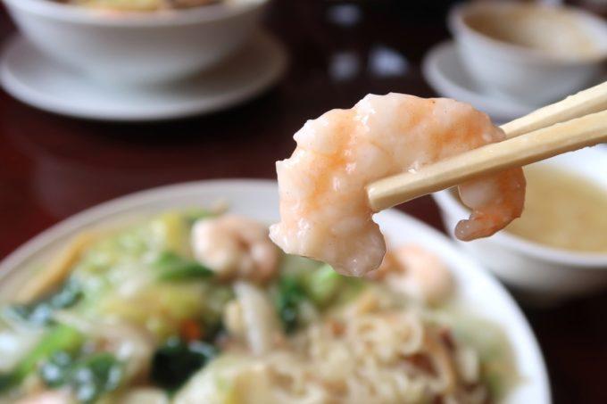 中城村「担々亭 南上原店」蝦仁炒麺(エビかけ焼きそば、1050円)にはプリプリのエビが5〜6個入っている