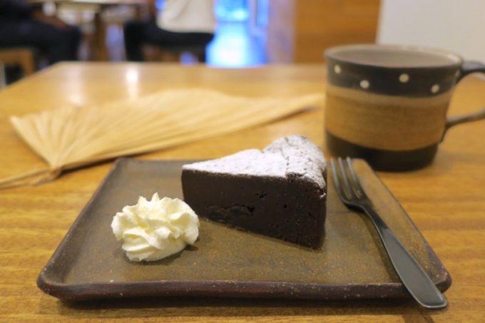 那覇・牧志「トックリキワタ珈琲店」ラムレーズンのチョコレートケーキ(400円)と、パプワニューギニアのコーヒーをフレンチプレスで(400円)。