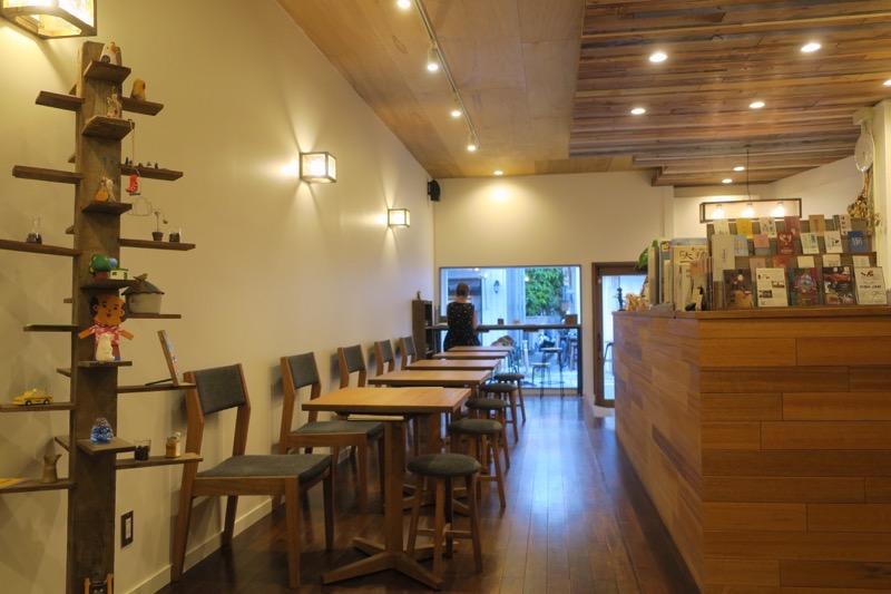 那覇・牧志「トックリキワタ珈琲店」の家具類は全て読谷Indigoのものだ。