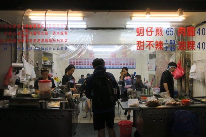 台北・公館夜市の店名不明な食堂の外観。