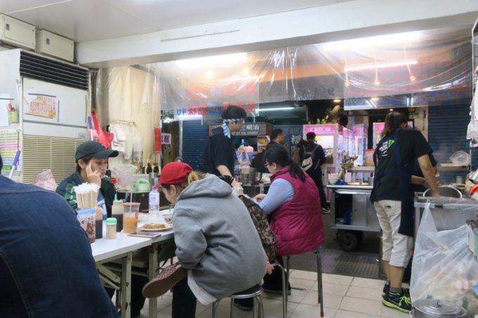 台北・公館夜市の店名不明な食堂の店内。