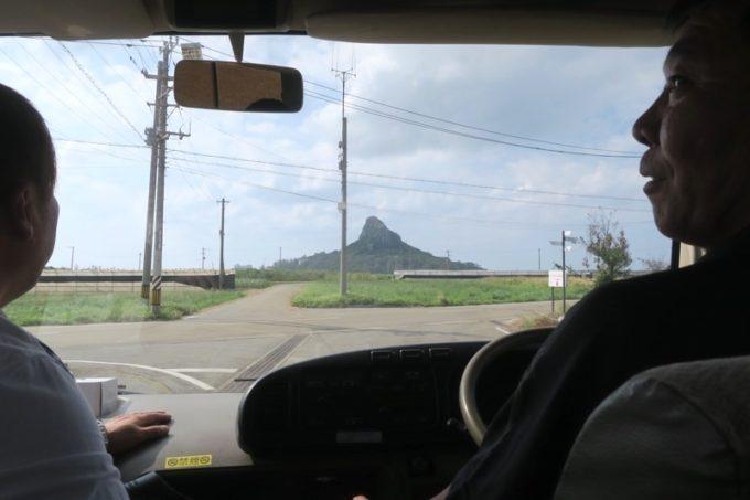 沖縄本島北部の伊江島でブロガーツアーのバスはタッチューに向かって進む。
