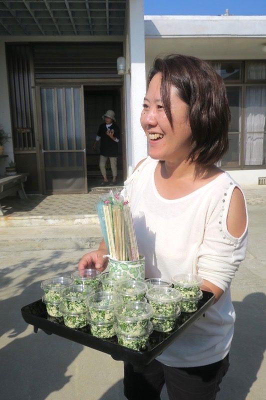 沖縄本島北部の離島・伊江島のパクチー生産者のマコちゃんが、パクチー料理を振舞ってくれた。