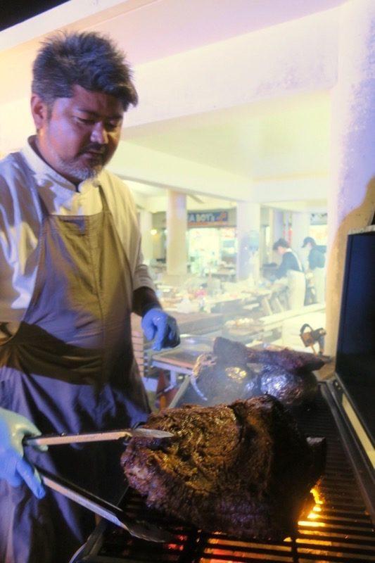 伊江島「ビーチグランピングBBQ」で1kg1万円の伊江牛を焼く満名さん。