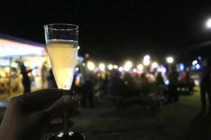 伊江島「ビーチグランピングBBQ」で乾杯のスパークリング。