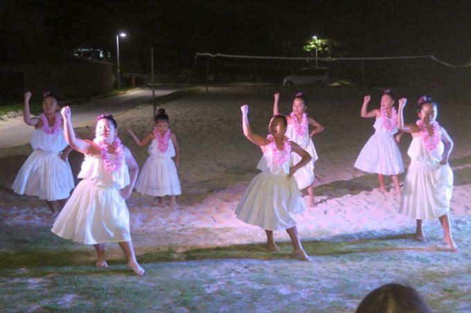 伊江島「ビーチグランピングBBQ」でフラを踊る地元の子どもたち。