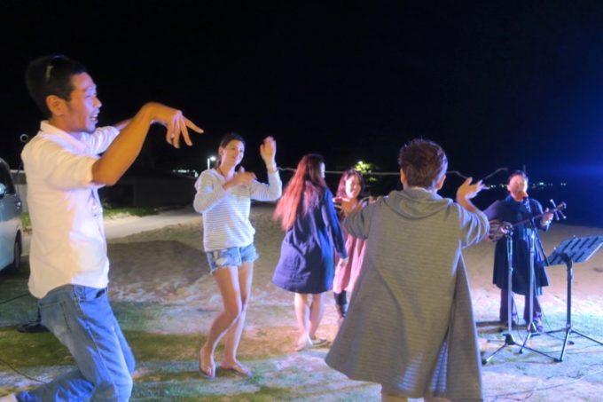 伊江島「ビーチグランピングBBQ」音楽に合わせたカチャーシー。