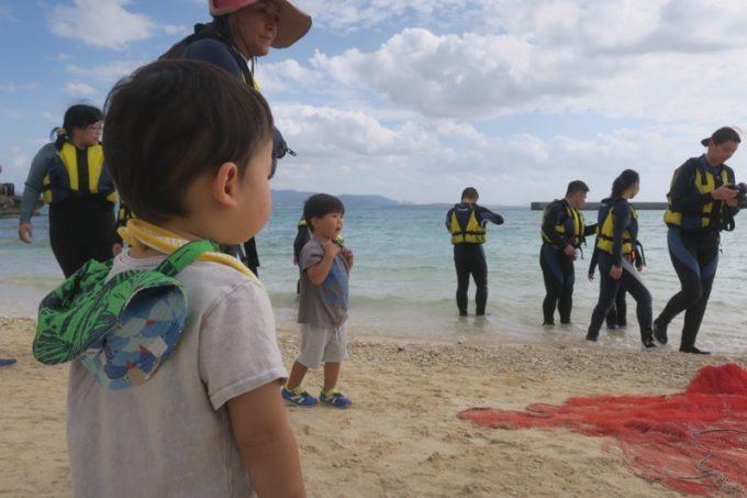 伊江島の追い込み漁体験の様子を呆然と眺めるお子サマー。
