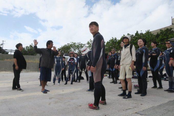 伊江島で追い込み漁体験に向かうブロガーたち。