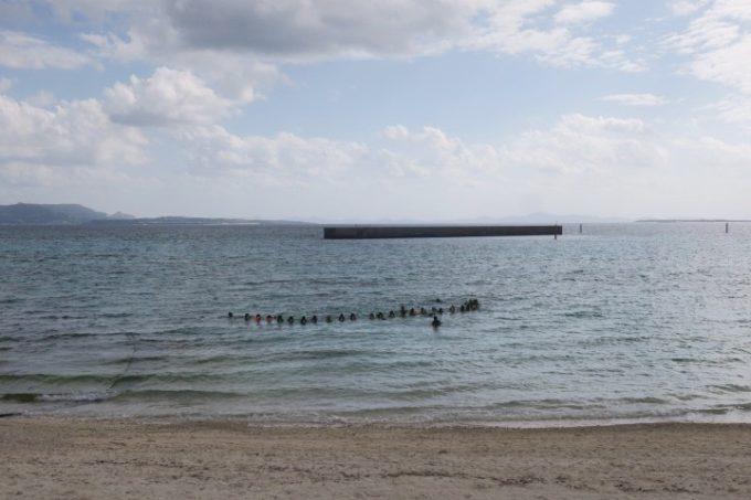 伊江島の海で追い込み漁体験しているブロガーたち(引き)