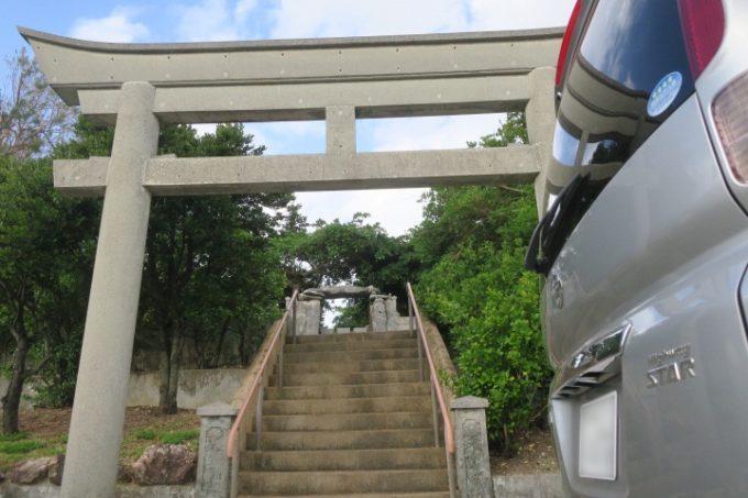 伊江島の入り口にある「阿良御岳(あらうたき)」の鳥居。
