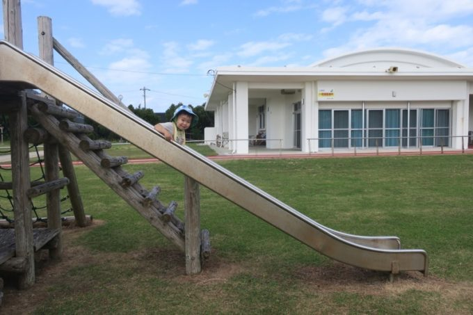 伊江島の阿良地区にある集会所の公園で遊ぶお子サマー(その1)