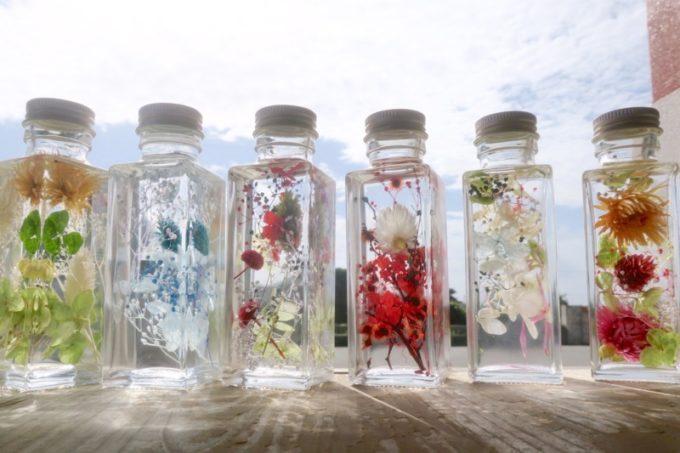 伊江島・ハーバリウム体験をしたみなさんのボトルを並べて。