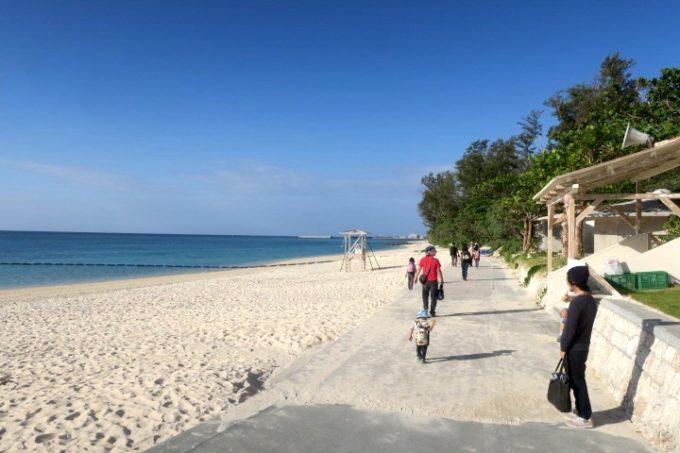 伊江島「伊江ビーチ」の白浜を歩いて、次のアクティビティへ向かう。