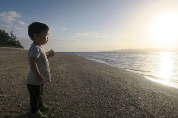 東向きの伊江島「伊江ビーチ」は朝日が眩しい。