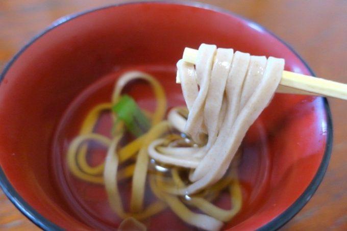 本部港フェリーターミナル2階にある「いーじまとぅんが」でランチについてきたおそばは、伊江島小麦100%の麺だった。