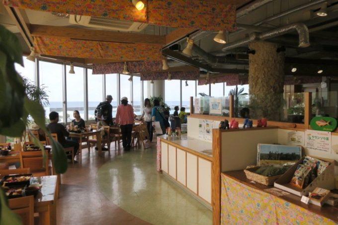 本部港フェリーターミナル2階にある「いーじまとぅんが」の店内。