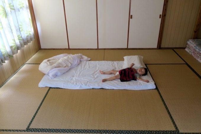 伊江島「民宿かりゆし」でお昼寝するお子サマー。
