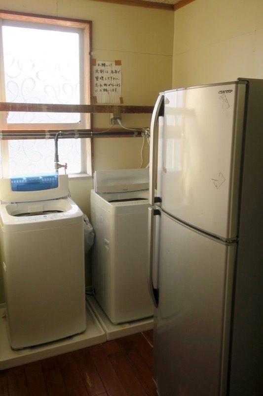伊江島「民宿かりゆし」の冷蔵庫と洗濯機。