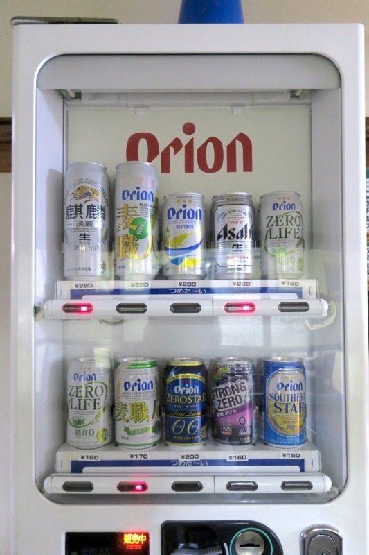 伊江島「民宿かりゆし」の玄関にある自販機。