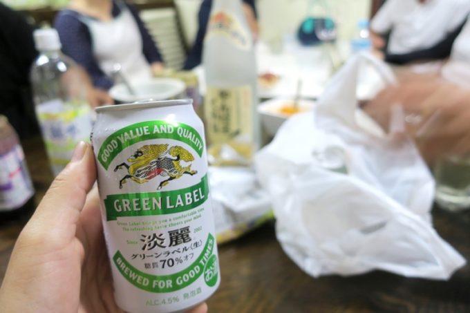 伊江島「民宿かりゆし」の夜は、食堂で宴会。