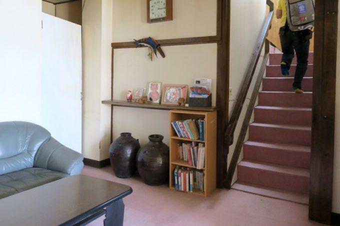 伊江島「民宿かりゆし」のロビーと2階に続く階段。
