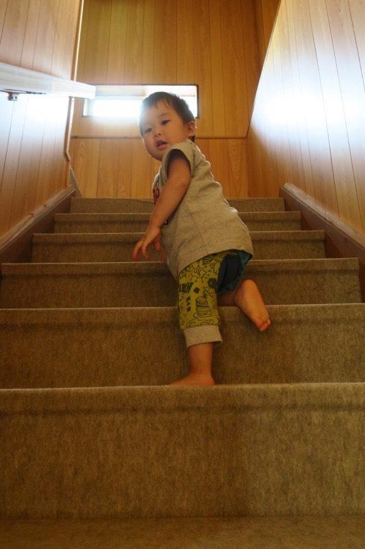 伊江島「民宿かりゆし」の階段を率先して登っていくお子サマー。