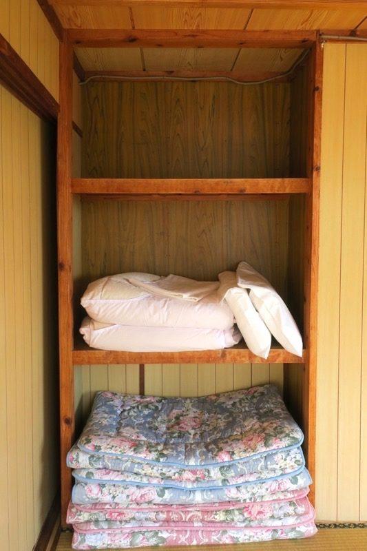 伊江島「民宿かりゆし」の押入れにある布団。
