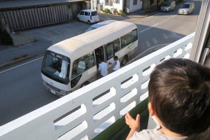 伊江島「民宿かりゆし」の2階から、次の体験へ向かうトーチャンを見送る。