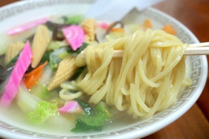 伊江島「食事処 岬」の五目ラーメンは野菜の旨味が滲み出た塩ベースのスープ。