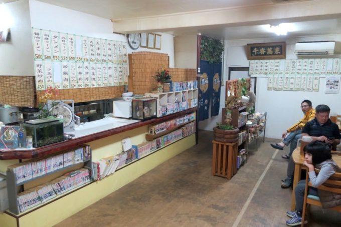 伊江島「食事処 岬」の店内(テーブル席)