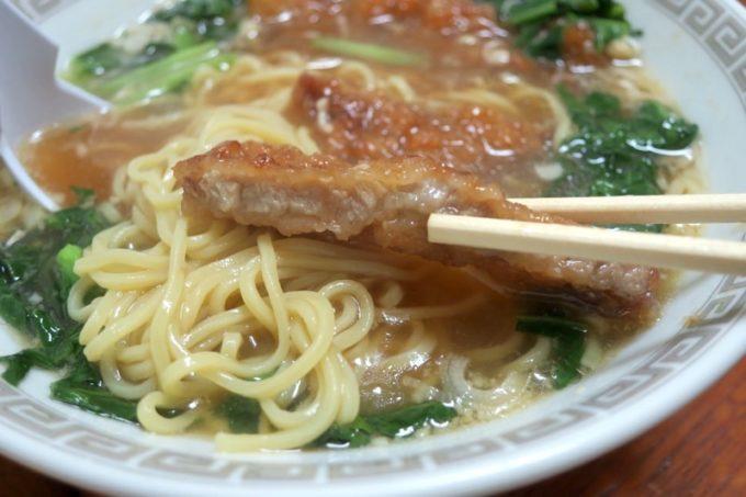 伊江島「食事処 岬」のパーコー麺は醤油ベースで、カツとの相性がよかった。