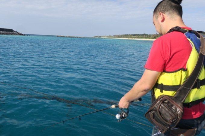 伊江島の魚類養殖場のいかだ釣りでボウズに終わったご主人サマー。