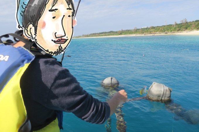 伊江島の魚類養殖場のいかだ釣りでお魚を釣るみなみのひげさん。