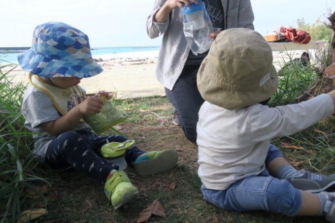伊江島の魚類養殖場の木陰でおやつタイムのお子サマーとまめ太。