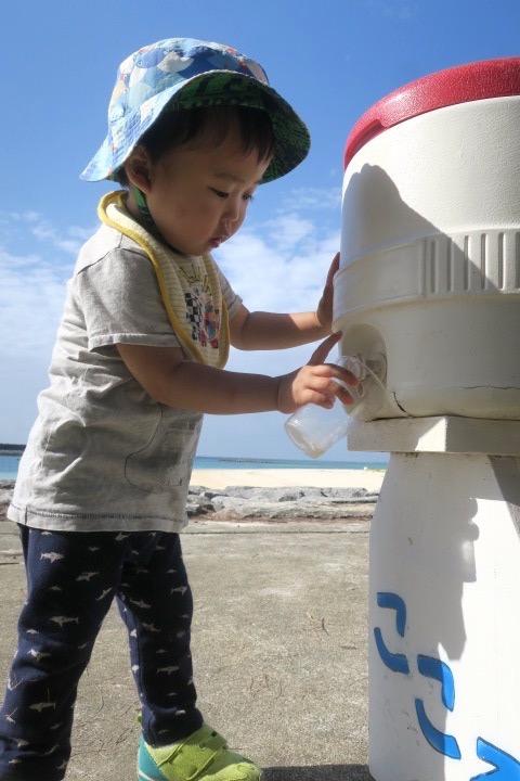 伊江島の魚類養殖場のいかだ釣りの最中、お茶の入れ方をマスターした。