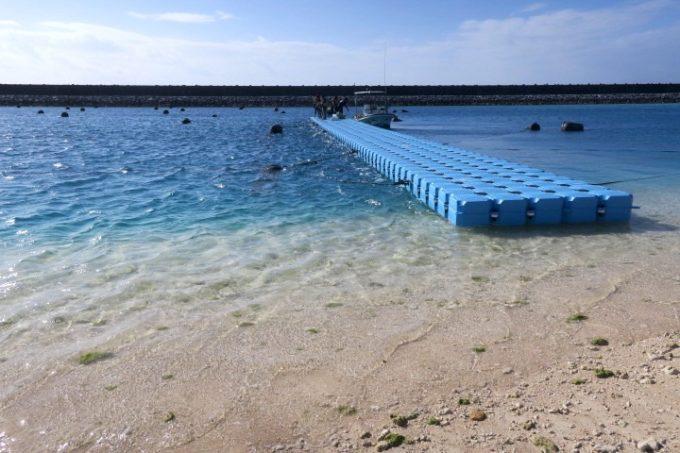 干潮だと、伊江島の魚類養殖場付近のビーチからそのままイカダに乗り込める。