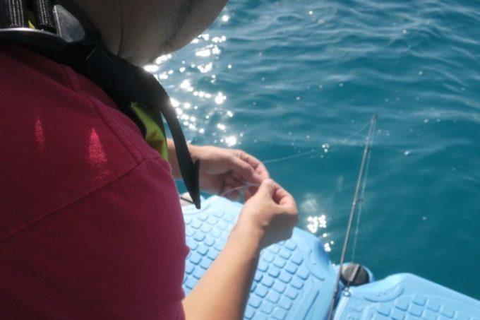 伊江島の魚類養殖場のいかだ釣りで悪戦苦闘するご主人サマー。