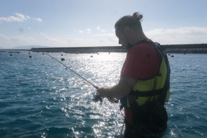 伊江島の魚類養殖場のいかだ釣りで釣れないご主人サマー。