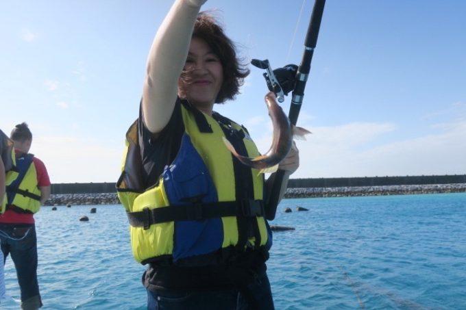 伊江島の魚類養殖場のいかだ釣りの様子を撮影してもらった(その3)