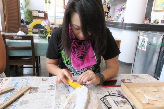 伊江島のペンション「マリンハウスIEアイランド」メタルおばさん、夜光貝を磨き続ける。