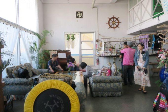 伊江島にあるペンション「マリンハウスIEアイランド」のロビー。