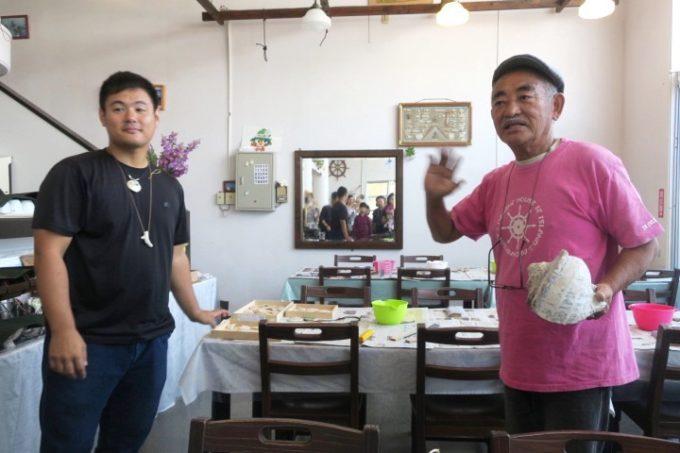 伊江島にあるペンション「マリンハウスIEアイランド」の八巻さんが獲った夜光貝をネックレスにする。