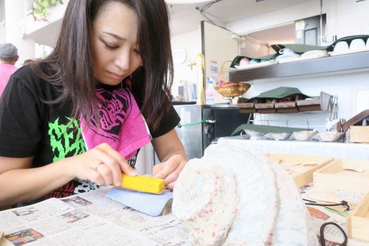 伊江島のペンション「マリンハウスIEアイランド」メタルおばさん、夜光貝を研磨する。