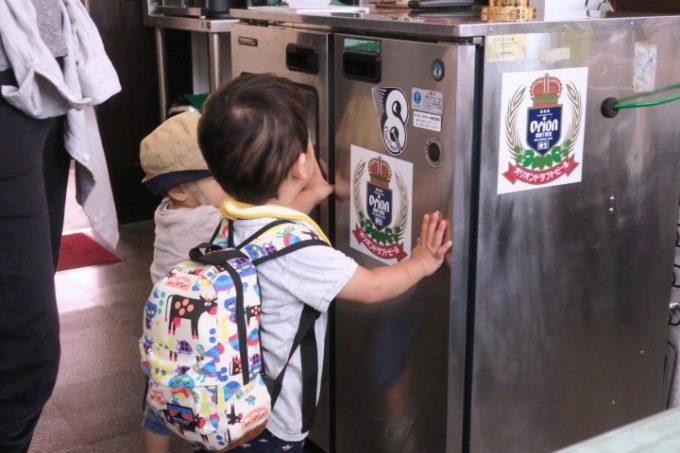 伊江島のペンション「マリンハウスIEアイランド」お子サマーがビールサーバーに夢中になっている。