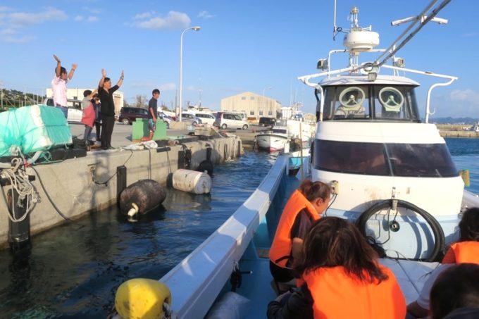 伊江島の漁船チャーターサンセットクルージングへ出発!